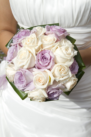 Wedding bouquet in the hands of the bride Imagens
