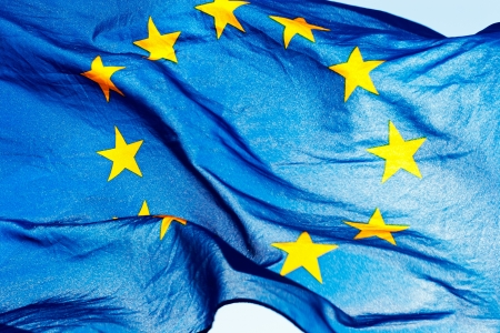 zone euro: Drapeau europ�en union contre le ciel et le soleil