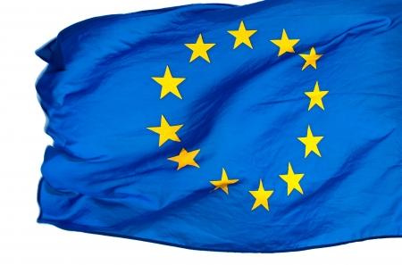 Drapeau de l'UE dans le vent sur un fond blanc