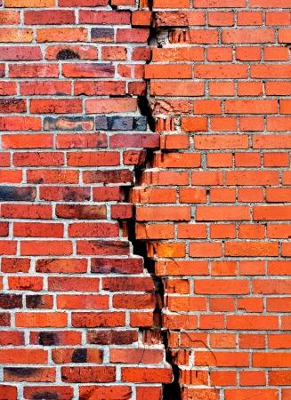 pared rota: Una pared de ladrillo de fondo con el crack