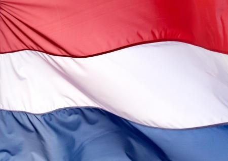 Fragment du drapeau des Pays-Bas contre le ciel bleu