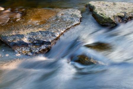 Les pierres dans le courant du ruisseau