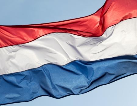 drapeau hollande: Drapeau de la Hollande sur fond de ciel bleu Banque d'images