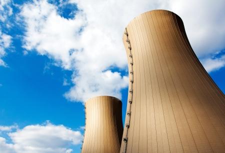 Centrale nucléaire contre le ciel et les nuages