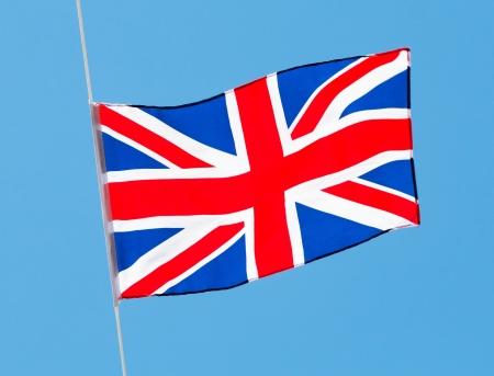 drapeau anglais: Drapeau anglais dans le vent contre un ciel