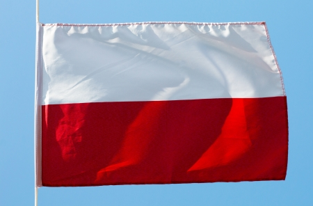bandera de polonia: Bandera polaca en el viento contra un cielo Foto de archivo