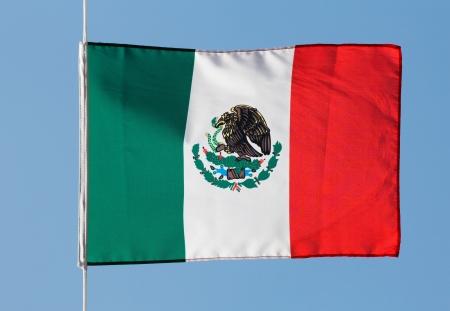 bandera de mexico: Bandera de M�xico en el viento contra el cielo azul