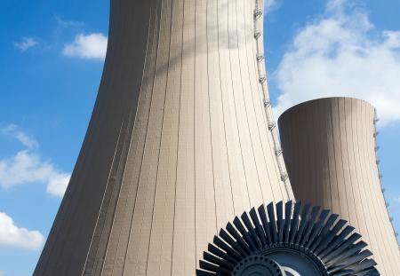 turbina de vapor: Turbina de vapor contra la planta de energ�a nuclear. Imagen conceptual de la energ�a nuclear