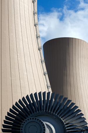 turbina de vapor: Turbina de vapor contra la planta de energía nuclear. Imagen conceptual de la energía nuclear