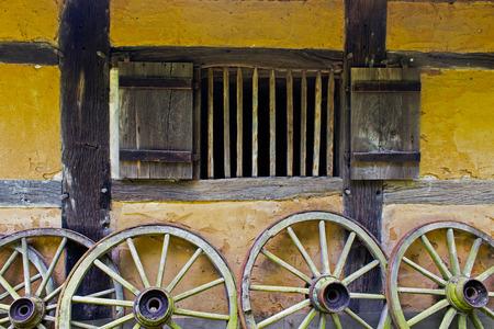 adobe wall: Cartwheels del vecchio muro di mattoni della casa colonica Archivio Fotografico