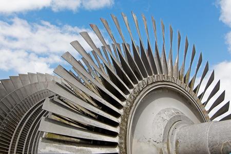 turbina de vapor: Turbina de vapor de la central nuclear contra un cielo Foto de archivo