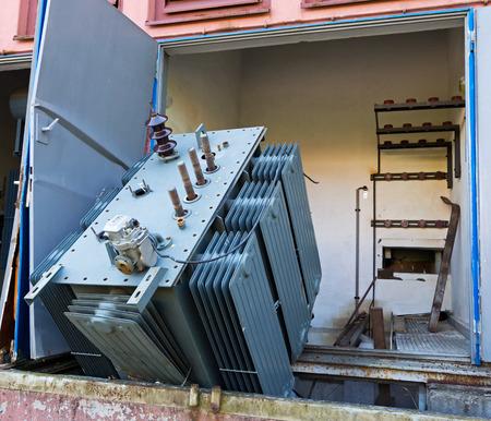 Transformateur vieux et cassé dans une usine