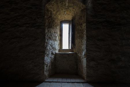 暗い部屋に石造りの壁と窓 写真素材 - 60005911