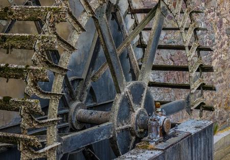molino de agua: El viejo y madera Whell del molino de agua en el sol Foto de archivo