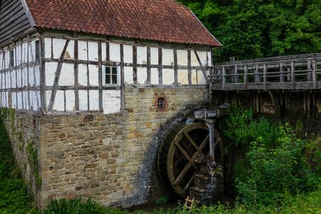 molino de agua: El antiguo molino de agua en el arroyo en el pueblo.