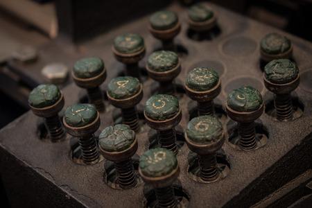 teclado numerico: El teclado antiguo y vintage de un panel de control.