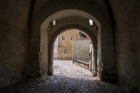 De stenen straat in een oude stad.