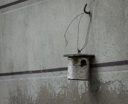 Het nestbox hangt op een muur. Stockfoto