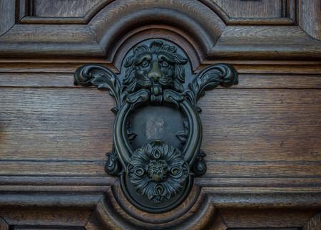 The old door knocker on a wooden door. Stok Fotoğraf