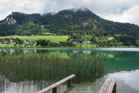 vapore acqueo: Il lago di montagna Thiersee in Tirolo, Austria.