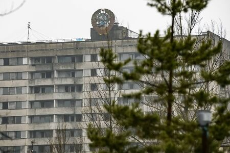 Coat of arms of Soviet Union on building in abandoned Prypiat, near Chernobyl nuclear power plant. Ukraine. Standard-Bild