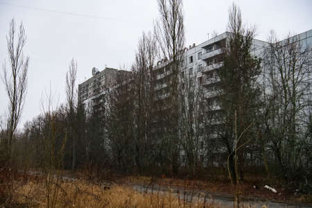Abandoned ghost town Prypiat. Overgrown trees and collapsing buildings in Chornobyl exclusion zone. Archivio Fotografico