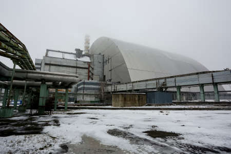 New Safe Confinement above remains of reactor 4 and the old sarcophagus at Chernobyl nuclear power plant. December 2016 Imagens - 150710024