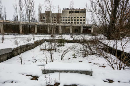 Abandoned ghost town Prypiat. Overgrown trees and collapsing buildings. Pripyat, Chornobyl exclusion zone.  Imagens