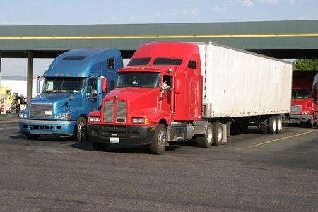kilometraje: Camiones en una estaci�n de repostaje truckstop