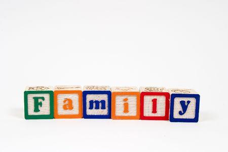 家族はブロック文字で綴られています。