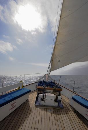 갈라파고스 제도를 통해 보트를 타고 항해하기 스톡 콘텐츠