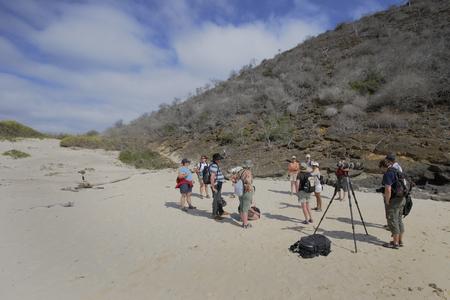 푼 타 마우, Floreana, 갈라파고스 군도에서 해변에서 관광 그룹