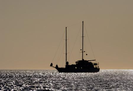 엘리자베스 베이, 이사벨라, 갈라파고스 제도, 에콰도르에서 일몰에서 요트