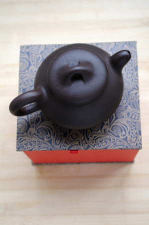 velours: The teapot and packing box