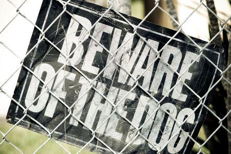 perro furioso: Cuidado con el signo de Dog dentro de un �rea urbana vallado