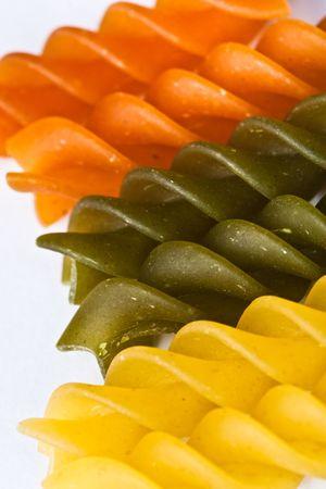 rotini: Macro de color crudo fusilli o rotini pasta en estudio