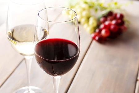 木製のテーブルにワインします。
