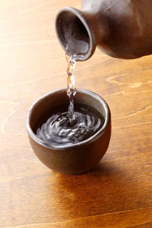 sake: Sake servido en mesa de madera