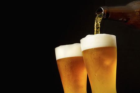 vasos de cerveza: Cerveza de colada en el vidrio