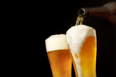 Cerveza de colada en el vidrio Foto de archivo - 43250108