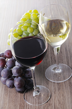 Red wine and White wine image