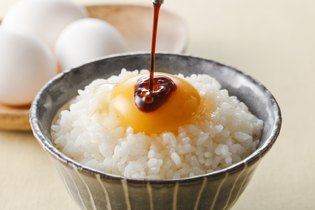 Raw Egg over Rice Standard-Bild