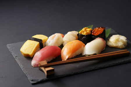japanese sake: Sushi comida japonesa