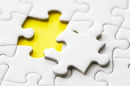 Witte puzzel op geel