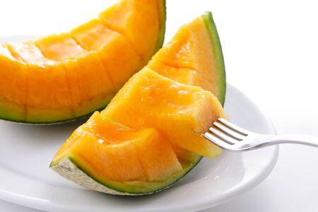 Cantaloupe-Melonen auf Weiß