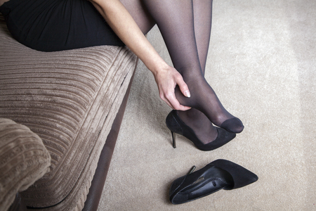 Tired businesswoman feet pain Stockfoto