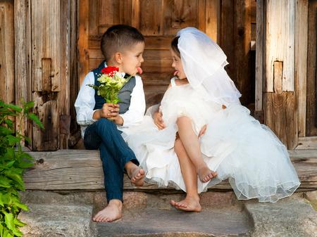 esküvő: A gyerekek szeretik Couple Esküvő után Stock fotó