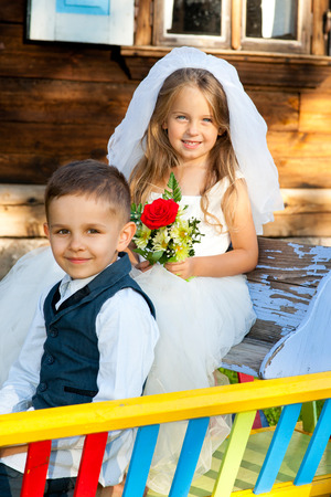 Les enfants adorent couple après le mariage