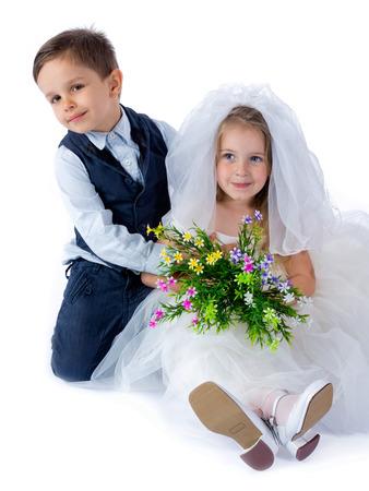 子供は結婚式の後のカップルを愛する