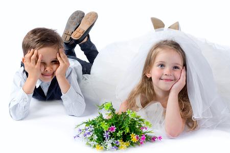 子供、結婚式の後のカップルを愛します。